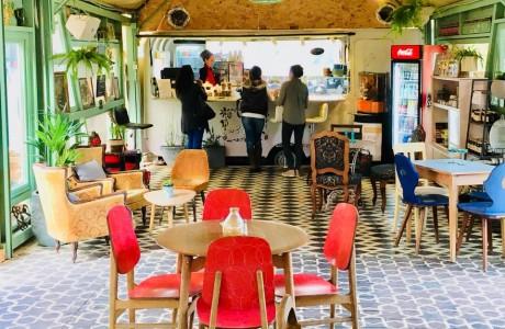 הצבי בית קפה באורוות האמנים בפרדס חנה